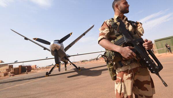 Soldat de l'opération Barkhane, devant un drone Reaper à l'aéroport militaire nigérian de Diori Hamani - Sputnik France