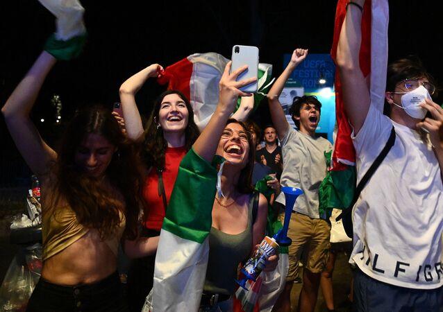 Des supporters à Rome, le 11 juillet 2021, après la finale de l'Euro 2020
