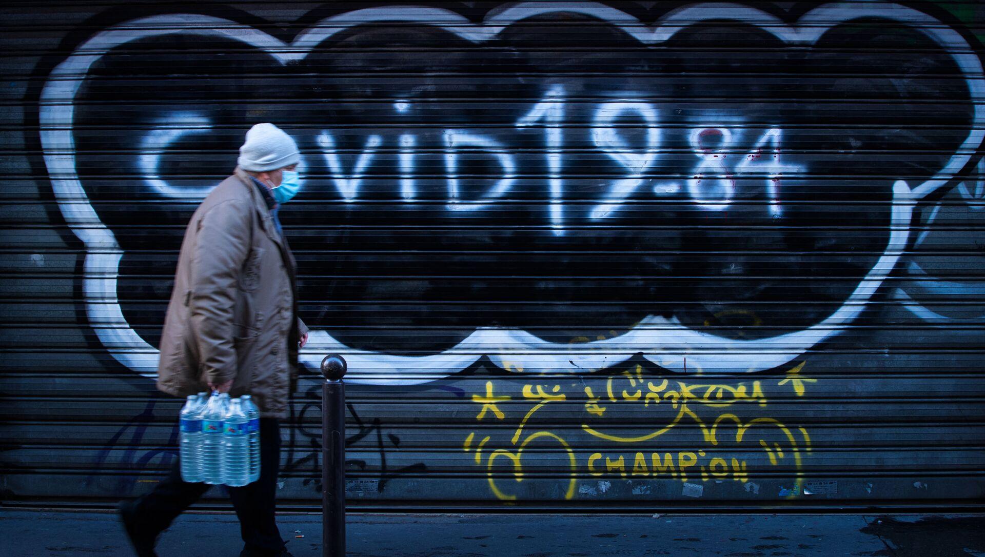 Un homme marche dans la rue pendant le second confinement en France, décembre 2020 - Sputnik France, 1920, 04.08.2021