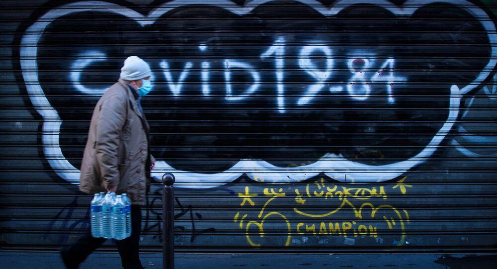 Un homme marche dans la rue pendant le second confinement en France, décembre 2020