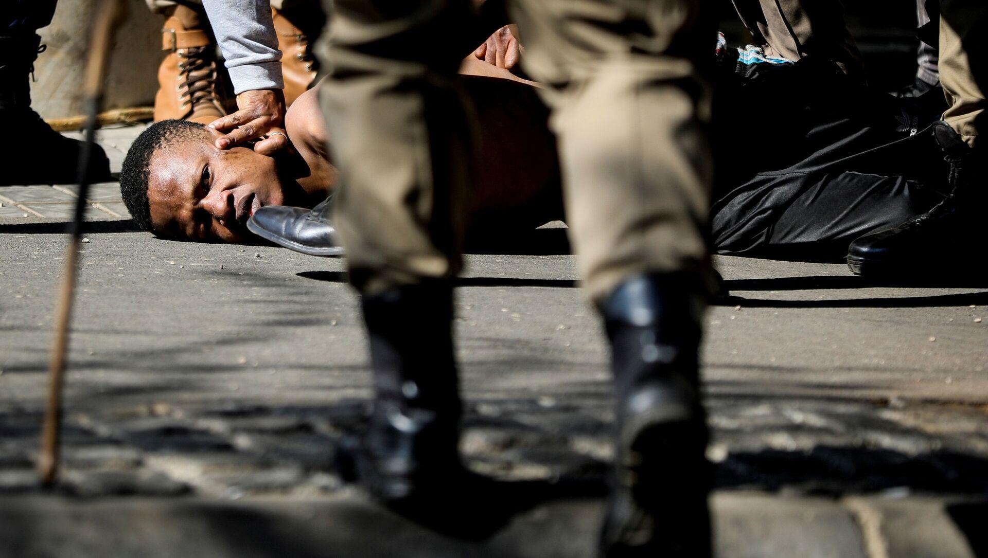 Des policiers sud-africains  pendant les troubles sociaux - Sputnik France, 1920, 27.08.2021