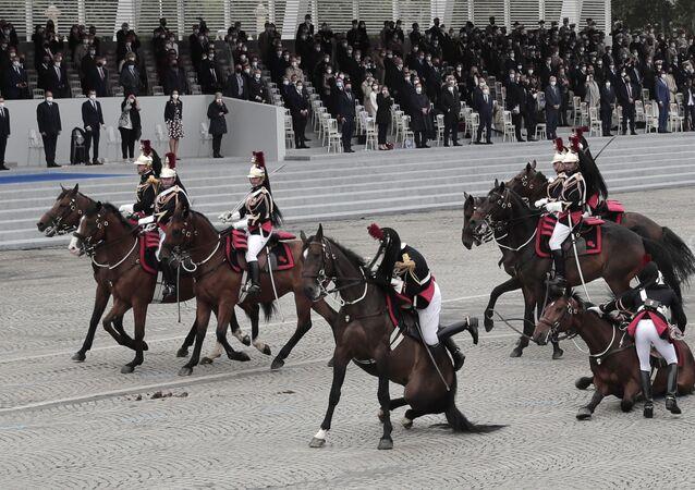 la chute de chevaux de la Garde républicaine lors du défilé du 14 juillet à Paris