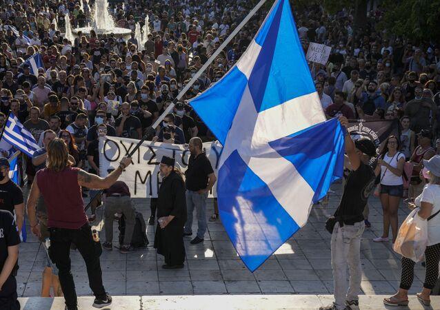 Des milliers de manifestants protestent contre la vaccination anti-Covid en Grèce