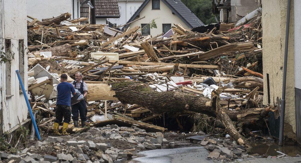 Encombrement causé par une inondation dans une rue de Schuld