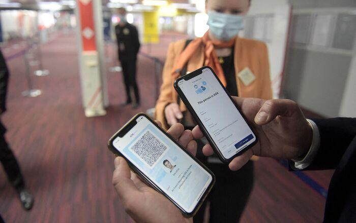 Un homme présente un pass AOK (passeport sanitaire pour les voyages) à l'aéroport de Roissy-Charles-de-Gaulle, mars 2021