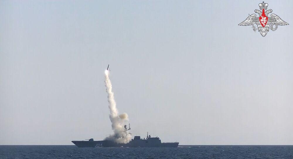 Une frégate de la marine russe lance un missile hypersonique Zirkon sur une cible côtière, le 19 juillet 2021