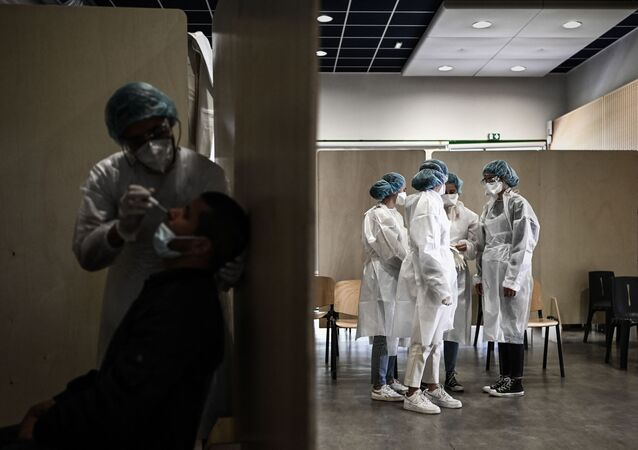 Des soignants dépistent le Covid-19 avec un test PCR à Bacalan près de Bordeaux, mai 2021