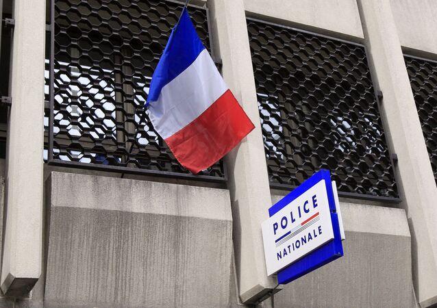 Un drapeau français au dessus d'un commissariat