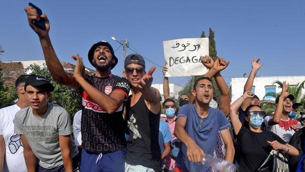 Des partisans du président tunisien Kais Saied scandent des slogans dénonçant le principal parti islamiste du pays Ennahda - Sputnik France
