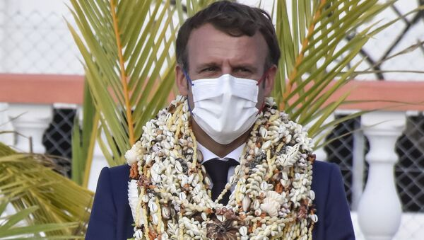 Emmanuel Macron décoré de nombreux colliers de fleurs et de coquillages à son arrivée sur l'atoll de Manihi en Polynésie française - Sputnik France
