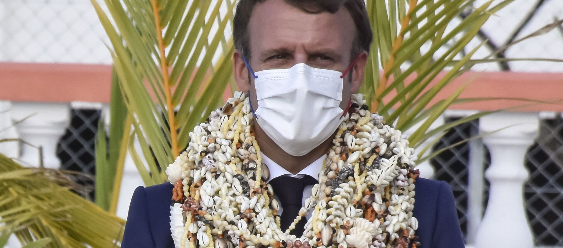 Emmanuel Macron décoré de nombreux colliers de fleurs et de coquillages à son arrivée sur l'atoll de Manihi en Polynésie française - Sputnik France, 1920, 27.07.2021