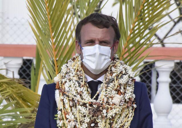 Emmanuel Macron décoré de nombreux colliers de fleurs et de coquillages à son arrivée sur l'atoll de Manihi en Polynésie française