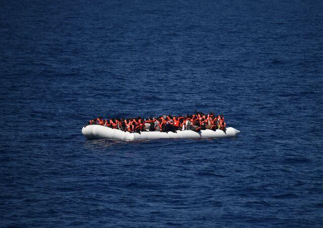 Des réfugiés attendent d'être secourus par le bateau Aquarius en mer Méditerranée au large des côtes libyennes, mai 2016