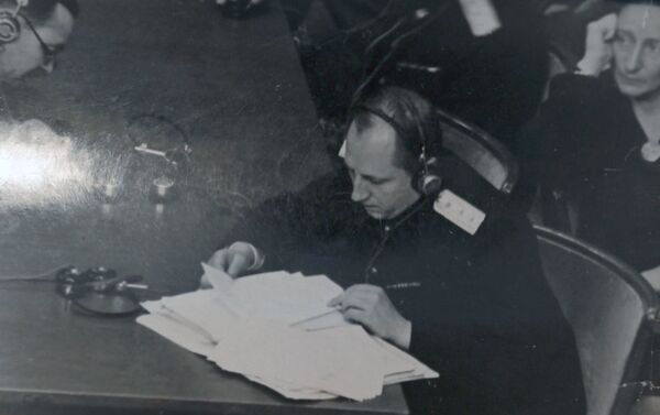 Roman Roudenko, accusateur en chef pour l'Union soviétique, étudie des documents lors d'une séance du Tribunal international - Sputnik France