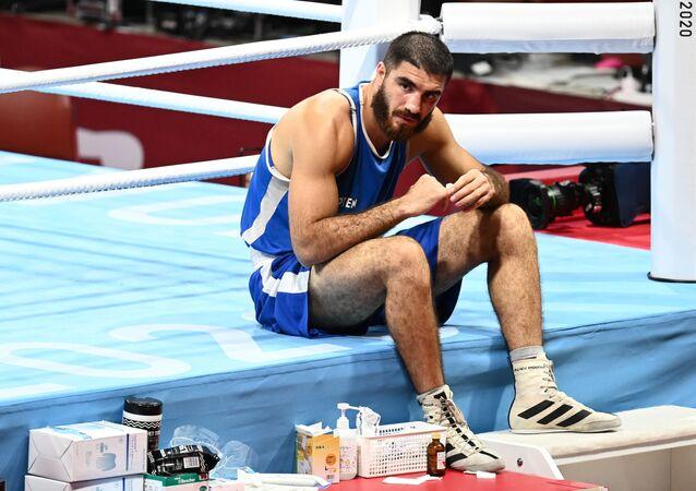 Jeux Olympiques 2020: le boxeur français Mourad Aliev, disqualifié en quart de finale pour un coup de tête porté à son adversaire, fait un sit-in sur le ring