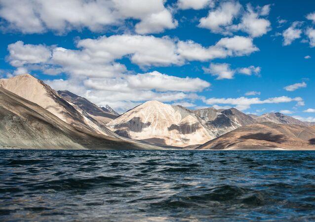 Lac Pangong dans l'Himalaya