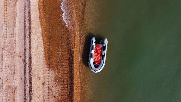 Un bateau gonflable utilisé par les migrants pour traverser la Manche entre Calais et Douvres, septembre 2020 - Sputnik France