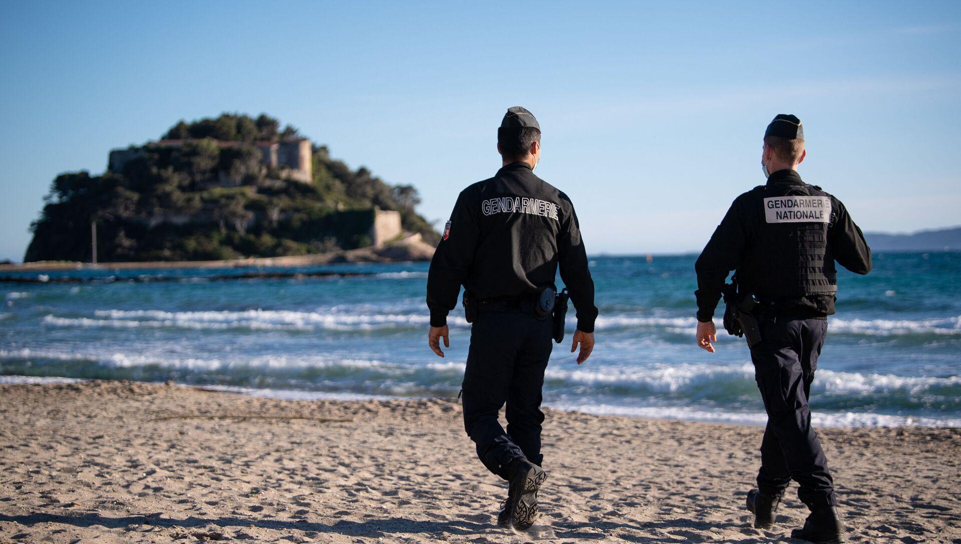 Des gendarmes sur une plage devant le fort de Brégançon, à Bormes-les-Mimosas (archive photo) - Sputnik France, 1920, 07.08.2021