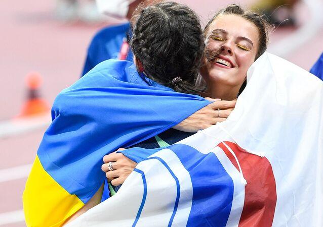 La Russe Mariya Lasitskene (à gauche) et l'Ukrainienne Yaroslava Mahuchikh après la finale de saut en hauteur aux JO de Tokyo
