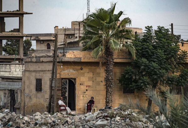 Des habitants devant leur maison détruite à Raqqa, en Syrie. - Sputnik France