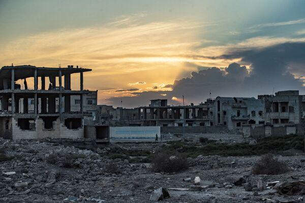 Raqqa est une ville au nord de la Syrie et au centre de la région du même nom. Elle a été fondée en 242 ou 244 av. J.-C. Au cours de sa longue histoire, la cité, située dans un territoire stratégique du Moyen-Orient, a connu des périodes de prospérité et de déclin. À l'époque byzantine, Léontopolis, comme elle s'appelait en ce temps-là, était un centre économique et militaire. La ville a été baptisée Raqqa par les Arabes, qui l'ont prise en 639.Sur la photo: des maisons détruites à Raqqa, en Syrie. - Sputnik France