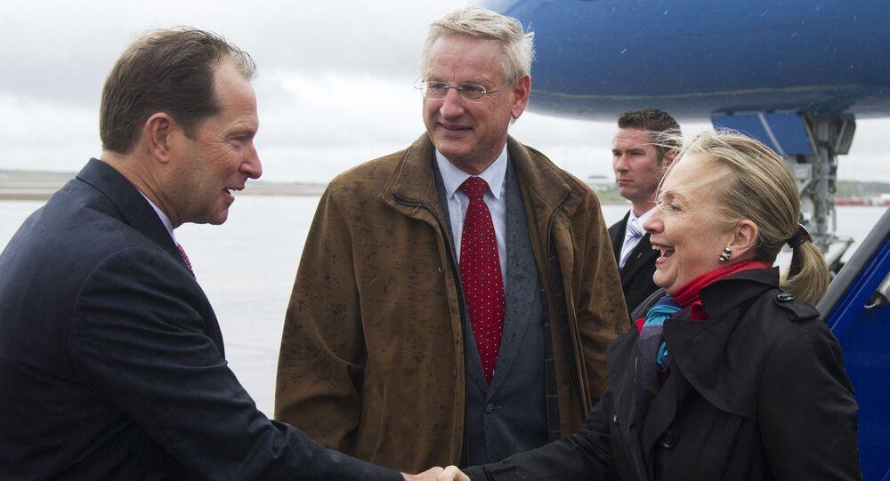 Mark Brzezinski (à gauche) ambassadeur des États-Unis en Suède et Carl Bildt (au centre) Ministre suédois des affaires étrangères accueillent Hillary Clinton (à droite) Secrétaire d'État à son arrivé à Stockholm le 2 juin 2012.