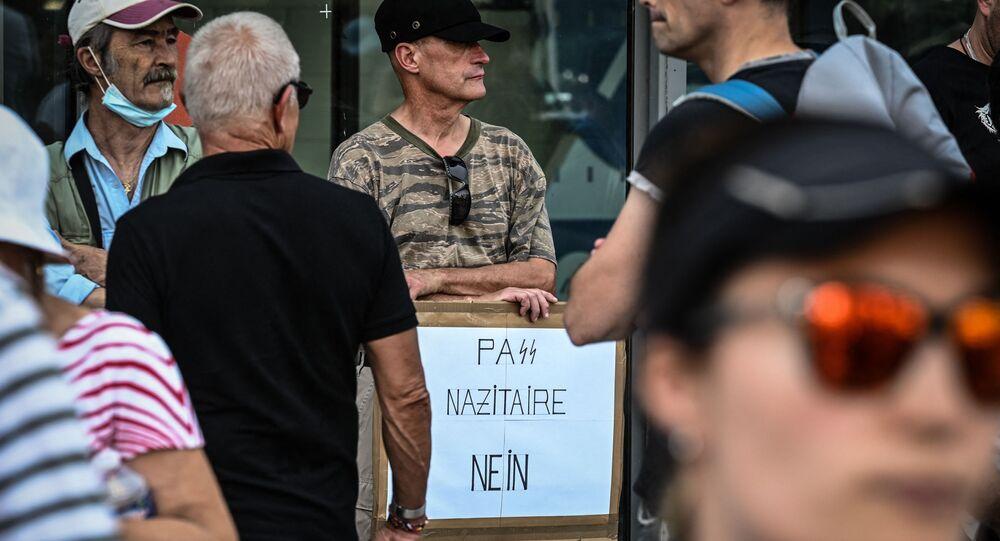 un manifestant avec une pancarte «PaSS nazitaire nein» à Lyon