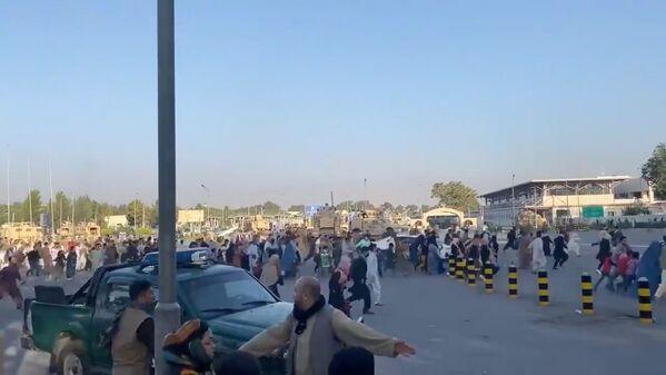 Dimanche 15 août, la chaîne de télévision Al Jazeera a rapporté que les talibans* avaient complètement occupé Kaboul et avaient hissé leur drapeau au-dessus du palais présidentiel.Sur la photo: des personnes courent vers le terminal de l'aéroport international de Kaboul après que les talibans* ont pris le contrôle du palais présidentiel. - Sputnik France