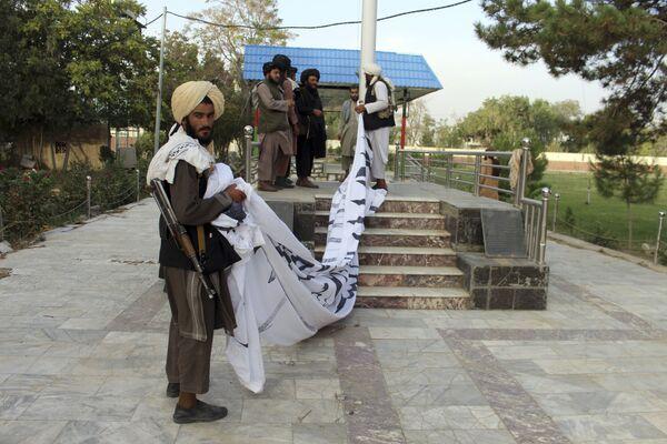 Les talibans* hissent leur drapeau à Ghazni, dans le sud-est de l'Afghanistan. - Sputnik France