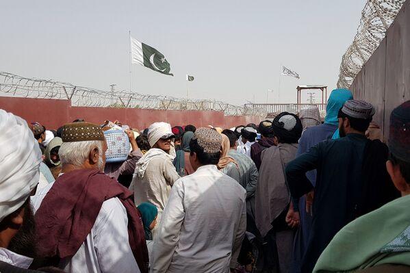 Drapeaux pakistanais et ceux du mouvement des talibans* au poste de contrôle Friendship Gate à la frontière afghano-pakistanaise. - Sputnik France