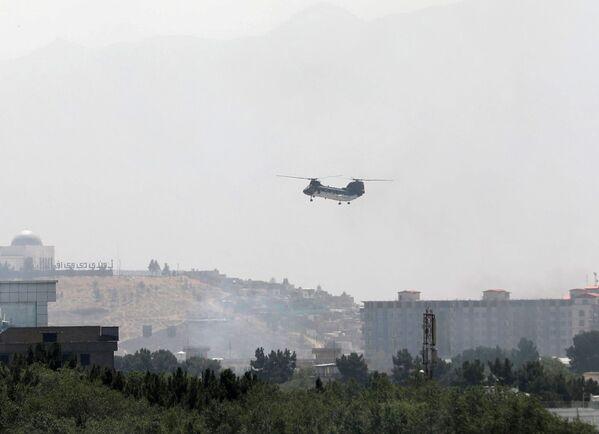 Il avait été rapporté que le pays serait temporairement dirigé par un organe, qui comprendrait l'ancien Président afghan Hamid Karzai, mais une source de Reuters au sein des talibans a informé que le mouvement attendait le transfert complet du pouvoir sans la participation du gouvernement de transition.Sur la photo: un hélicoptère de transport militaire CH-46 Sea Knight dans le ciel de Kaboul. - Sputnik France