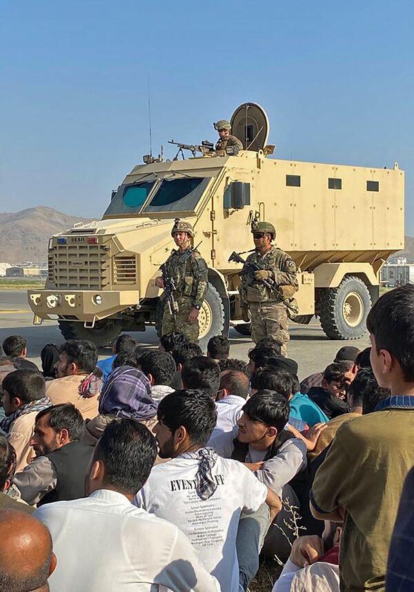 Les talibans* ont pris le contrôle de l'Afghanistan en quelques semaines, de sorte que les États-Unis n'ont même pas eu le temps de retirer complètement leur contingent militaire du pays. Des diplomates américains ont été évacués de l'ambassade américaine à Kaboul en hélicoptère.Sur la photo: soldats américains à l'aéroport international de Kaboul. - Sputnik France