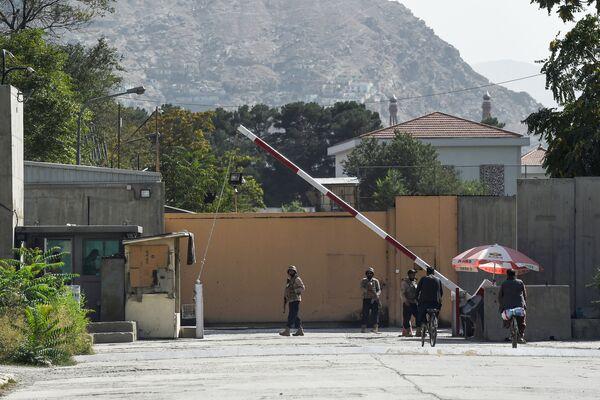 Les diplomates américains quittant Kaboul ont été contraints de détruire non seulement des documents classifiés, mais aussi des drapeaux américains.Sur la photo: agents des forces de sécurité afghanes dans la «zone verte» de Kaboul. - Sputnik France