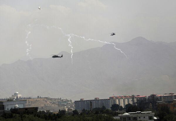 Des hélicoptères militaires américains Black Hawk dans le ciel de Kaboul. - Sputnik France