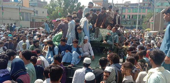 Sur la route vers la capitale, les talibans* n'ont rencontré pratiquement aucune résistance.Sur la photo: des combattants talibans* et habitants locaux dans un tout-terrain militaire à Jalalabad, dans l'est de l'Afghanistan. - Sputnik France