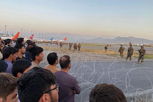 Le département américain de la Défense a ordonné l'envoi de 1.000 soldats supplémentaires à Kaboul pour aider à évacuer les citoyens américains.Sur la photo: soldats américains à l'aéroport de Kaboul. - Sputnik France