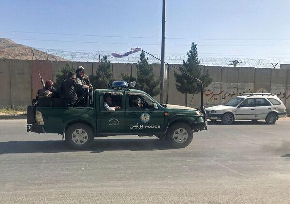 Selon l'Associated Press, les talibans* se préparent à annoncer la création de l'Émirat islamique d'Afghanistan. C'est le nom qu'a eu le pays il y a 20 ans sous le régime taliban.Sur la photo: des talibans* dans les rues de Kaboul. - Sputnik France