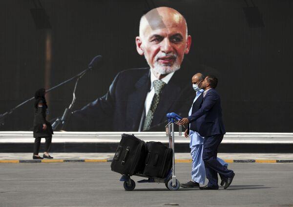 Le mouvement islamiste radical des talibans* est apparu en Afghanistan en 1994. Les premiers talibans* étaient des réfugiés qui ont quitté le pays en raison de la guerre de 1979-1989, et qui ont été formés dans des écoles islamiques. En 1996, les talibans* ont pris Kaboul et ont proclamé l'Émirat islamique d'Afghanistan.Sur la photo: passagers se dirigeant vers la zone de départ de l'aéroport international de Kaboul. - Sputnik France