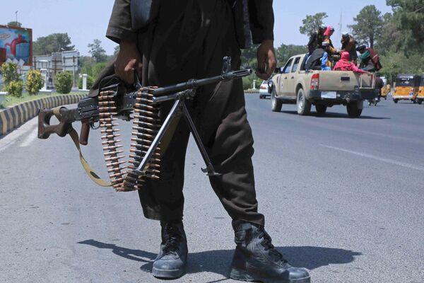 En 2001, à la suite de l'opération Enduring Freedom, les États-Unis ont renversé les talibans* en Afghanistan. Cela s'est produit après les attentats terroristes du 11 septembre 2001, organisés par Oussama ben Laden, chef d'Al-Qaïda*, qui s'est réfugié chez les talibans*. En 2021, les États-Unis ont conclu un accord avec les talibans*, promettant de partir si ceux-ci ne fournissaient pas de soutien et de bases d'entraînement aux terroristes. Les négociations entre les talibans* et le gouvernement afghan ont échoué, mais les Américains ont quand même quitté l'Afghanistan 20 ans plus tard et les talibans* ont pris le contrôle du pays.Sur la photo: des talibans* dans une rue d'Hérat, dans le nord-ouest de l'Afghanistan. - Sputnik France
