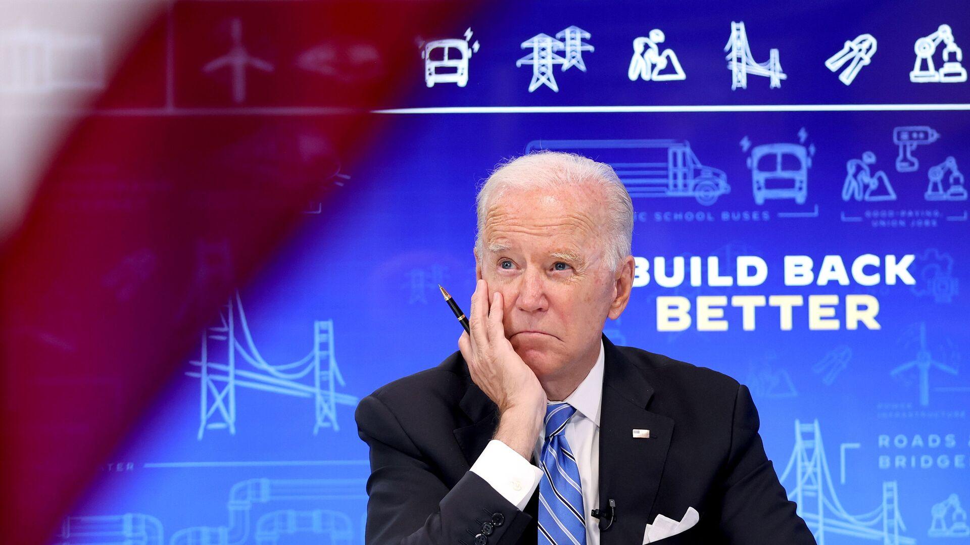 Le président américain Joe Biden rencontre virtuellement des gouverneurs, des maires et d'autres élus locaux et d'État pour discuter de la loi bipartisane Infrastructure Investment and Jobs Act, dans l'auditorium South Court de la Maison-Blanche à Washington, aux États-Unis, le 11 août 2021.  - Sputnik France, 1920, 15.09.2021
