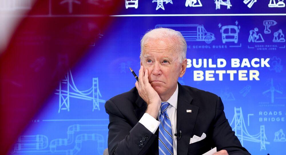 Le président américain Joe Biden rencontre virtuellement des gouverneurs, des maires et d'autres élus locaux et d'État pour discuter de la loi bipartisane Infrastructure Investment and Jobs Act, dans l'auditorium South Court de la Maison-Blanche à Washington, aux États-Unis, le 11 août 2021.