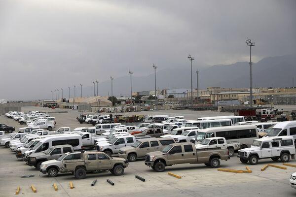 L'invasion de l'Afghanistan par les États-Unis et les forces internationales est considérée comme ayant été la plus considérable de l'histoire de ce pays. Depuis 2001, environ 40.000 soldats américains et environ 130.000 soldats de dix pays de l'Otan ont été déployés dans le pays. De plus, les Américains ont recruté environ 300.000 Afghans, en créant de «nouvelles forces de sécurité».Sur la photo: du matériel américain abandonné sur la base aérienne de Bagram en Afghanistan. - Sputnik France