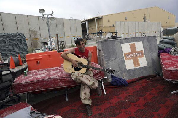 La guerre contre les talibans* a duré jusqu'en 2014. Les dépenses se sont avérées astronomiques: le coût des hostilités directes, des bombes, des missiles, des cartouches, du carburant pour les avions et des missiles de croisière s'est élevé à environ 1.000 milliards de dollars. Le réarmement de l'armée afghane a coûté environ 200 milliards de dollars supplémentaires.Sur la photo: un soldat afghan à la base aérienne de Bagram après le départ des Américains.*Organisation terroriste interdite en Russie - Sputnik France