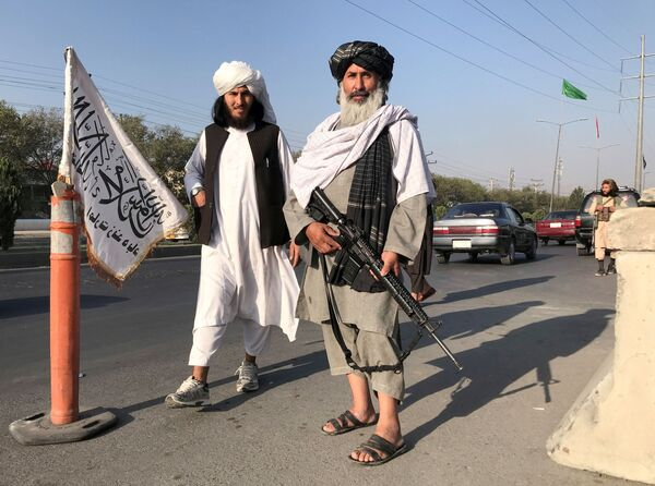 Les talibans* ne sont pas considérés comme une formation militaire régulière, mais après le retrait des États-Unis, ils pourraient devenir l'armée la plus équipée de la région. Les talibans* ont tellement d'armes que l'Afghanistan pourrait bien passer du statut d'acheteur d'armes à celui d'exportateur.Sur la photo: un combattant taliban* avec un fusil américain M16 à Kaboul.*Organisation terroriste interdite en Russie - Sputnik France
