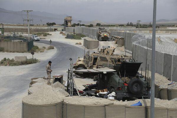Quelques heures après l'annonce de la prise de contrôle du pays, les talibans* ont saisi toutes les armes des forces d'opérations spéciales locales. On ignore ce qui est arrivé au personnel de ces forces, mais toutes les armes ont déjà été saisies et livrées à Kaboul.Sur la photo: un soldat afghan à la base aérienne de Bagram.*Organisation terroriste interdite en Russie - Sputnik France