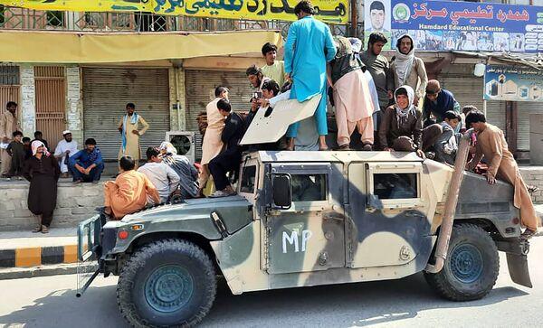 Les talibans* ont hérité des Américains du plus grand parc de véhicules de l'histoire des conflits armés dans ce pays: environ 2.500 véhicules terrestres.Sur la photo: des talibans* dans la province de Laghman.*Organisation terroriste interdite en Russie - Sputnik France