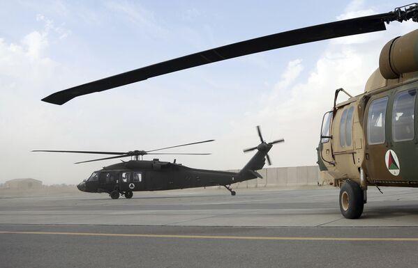 Les États-Unis ont dépensé environ 10 milliards de dollars pour la création de l'armée de l'Air afghane, mais désormais, la centaine d'hélicoptères, dont des Mi-17 et Mi-35 russes, ainsi que des UH-60 américains, serviront le nouveau gouvernement.Sur la photo: un hélicoptère américain UH-60 Black Hawk décolle de l'aérodrome de Kandahar, en Afghanistan. - Sputnik France
