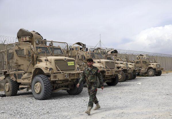 En plus des véhicules légers, les Américains ont laissé aux talibans leurs fameuses voitures blindées MRAP avec protection contre les mines: selon diverses estimations, les talibans* en ont maintenant de 500 à 700. Ils ont aussi des chars soviétiques: une vingtaine de T-55 ont été laissés sur trois bases militaires. La seule chose que les talibans* n'ont pas gardée avec le retrait de l'armée américaine, ce sont les chars américains M1 Abrams. Tous les véhicules de ce type ont été retirés du pays à l'avance.Sur la photo: des véhicules blindés américains MRAP à la base aérienne de Bagram.*Organisation terroriste interdite en Russie - Sputnik France