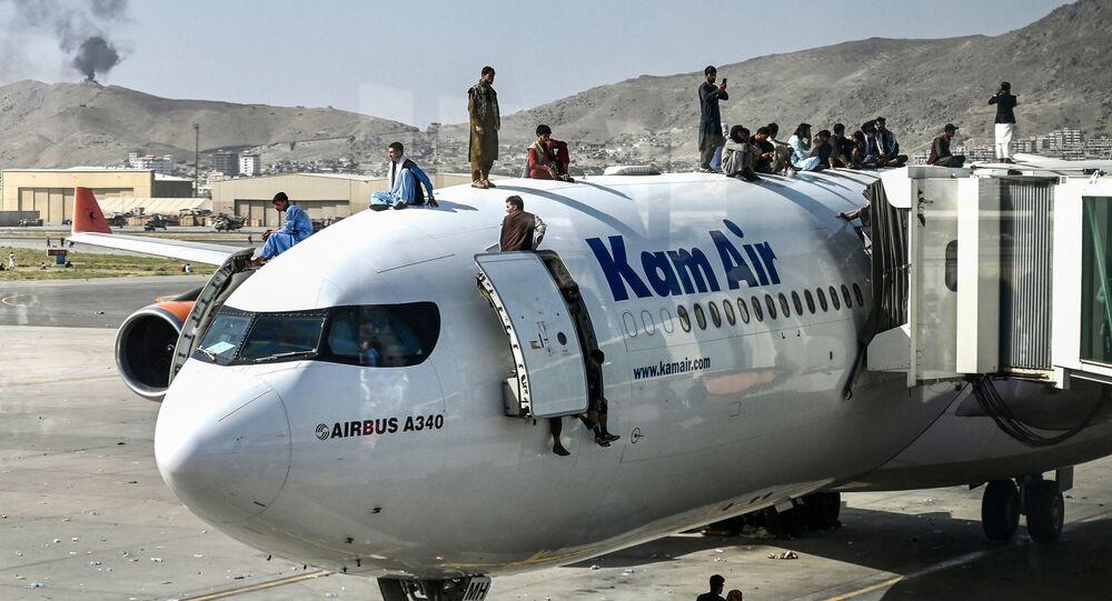 Des Afghans en attente d'évacuation à l'aéroport de Kaboul
