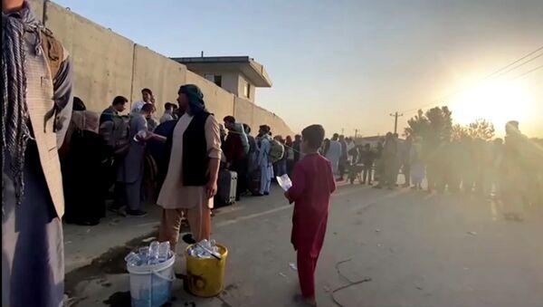 Une queue près de l'aéroport de Kaboul, le 22 août 2021 - Sputnik France